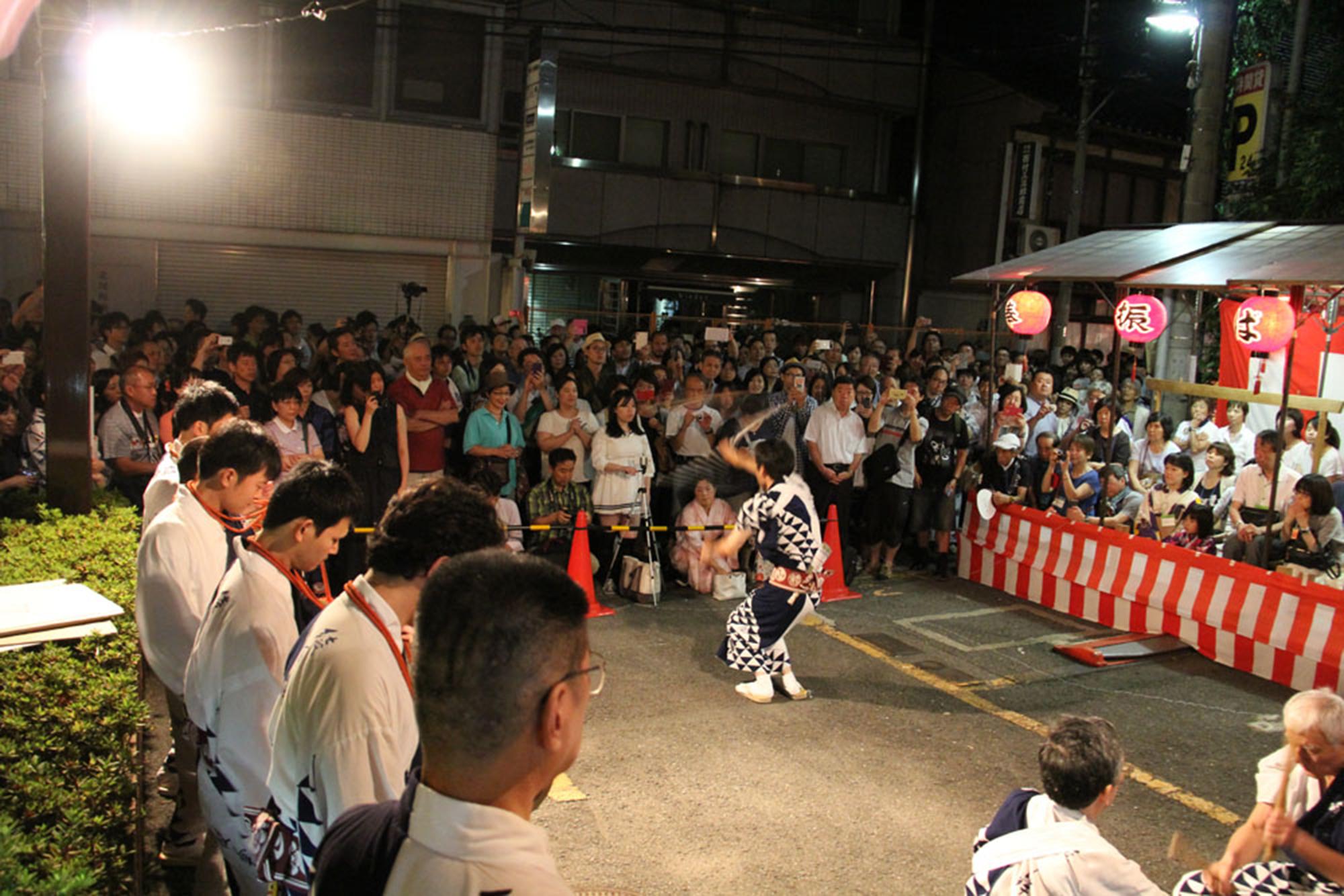 3日間の宵山において、特設後援会席でゆっくりと祇園囃子や棒振り踊りを鑑賞していただけます